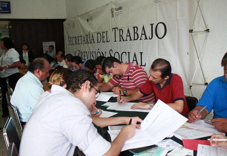 Empresas ofrecieron este martes más de dos mil vacantes en la décima Feria del Empleo en el Centro de Convenciones de la Cámara Nacional de Comercio Servicios y Turismo. (Fotos: Jorge Acosta/SIPSE)