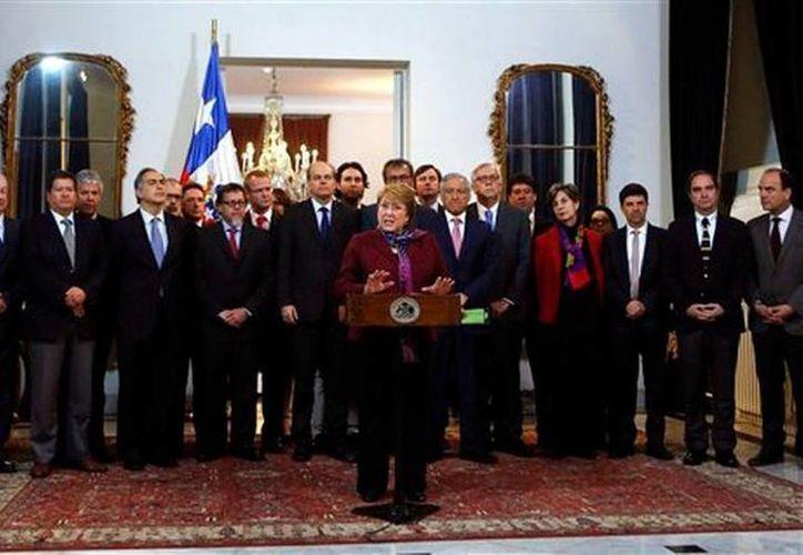 La presidenta de Chile Michelle Bachelet habla con la prensa después que la Corte Internacional de Justicia de La Haya aceptara oir la demanda de Bolivia sobre acceso al Pacífico y rechazara el pedido de Chile que se declarara incompetente, en la sede de Gobierno, en Santiago de Chile, este jueves. (AP)