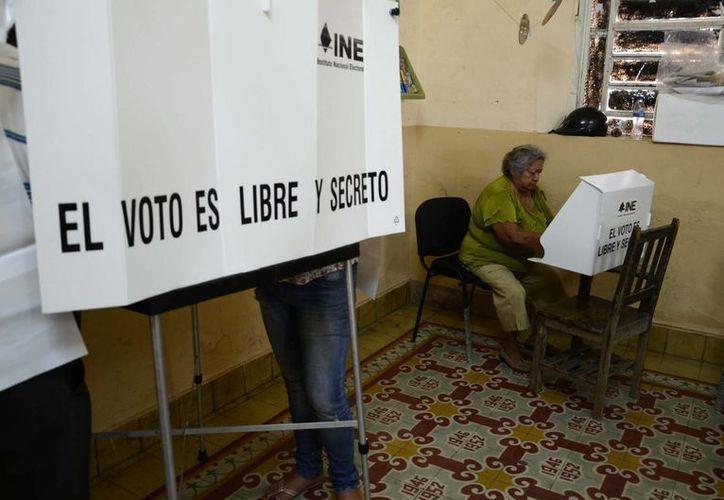 Los nuevos distritos electorales federales deberán quedar antes de las votaciones de junio de 2018.. Imagen de contexto de una casilla electoral en la última jornada de elección en Yucatán. (Archivo/SIPSE)