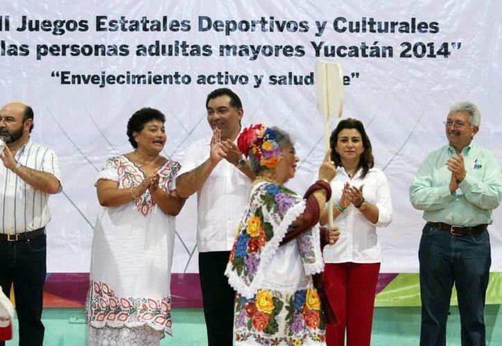 El secretario general de Gobierno, Víctor Caballero Durán (c), distinguió a los deportistas de la tercera edad, no sólo por su capacidad atlética sino por lo que han brindado a Yucatán a través de una vida dedicada a trabajar. (Milenio Novedades)