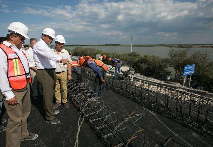 Entre sus actividades de ayer, el gobernador Rolando Zapata Bello supervisó la construcción del Distribuidor Vial de Progreso. (SIPSE)