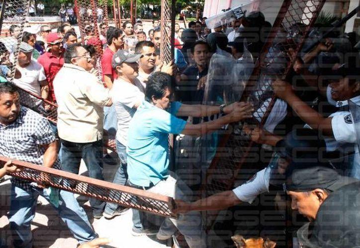 El Comité de Lucha Magisterial de Quintana Roo prepara una denuncia penal contra el presidente municipal, Paul Carrillo, por abuso de autoridad, lesiones y represión a los maestros. (Redacción/SIPSE)