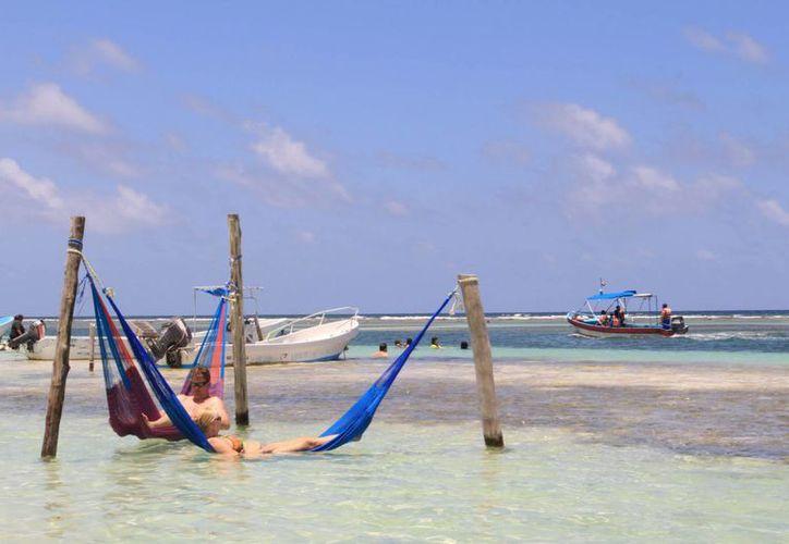En Mahahual se analiza el costo-beneficio de certificar con banderas azules sus playas. (Redacción/SIPSE)
