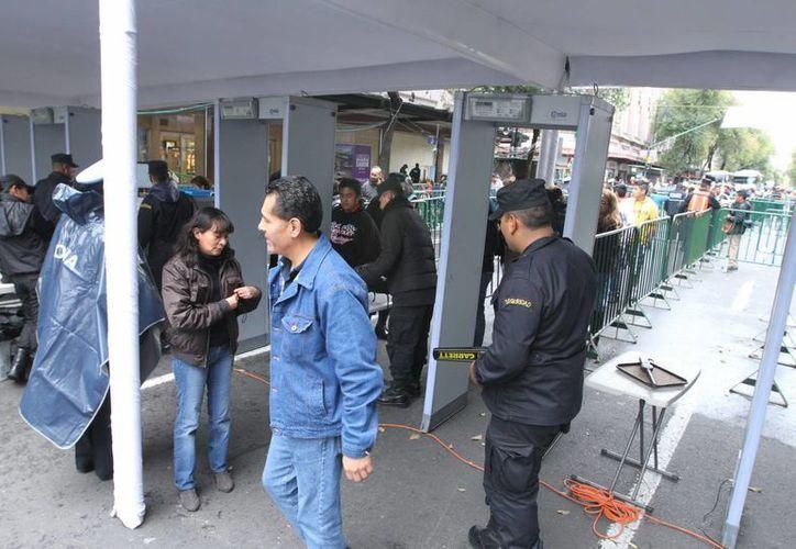 Todas las entradas al Zocalo cuentan con vallas, arcos detectores de metal y bandas transportadoras con rayos X. (Notimex)