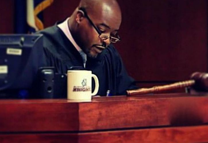 El juez Olu Stevens evitó ser expulsado del cargo tras ofrecer disculpas por comentarios racistas que emitió contra un fiscal blanco. (sdvoice.info)