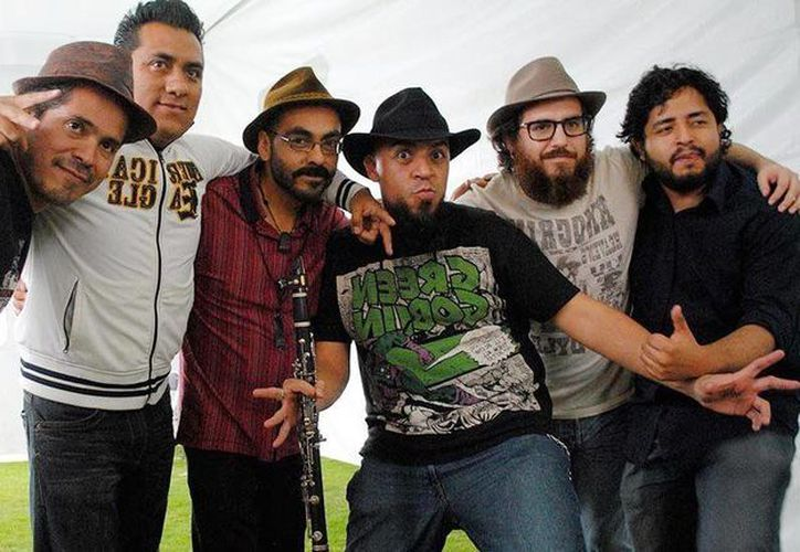 Imagen de los integrantes de la Internacional Sonora Balkanera, que se presentarán esta noche, en la Plaza grande de Mérida. (Milenio Novedades)