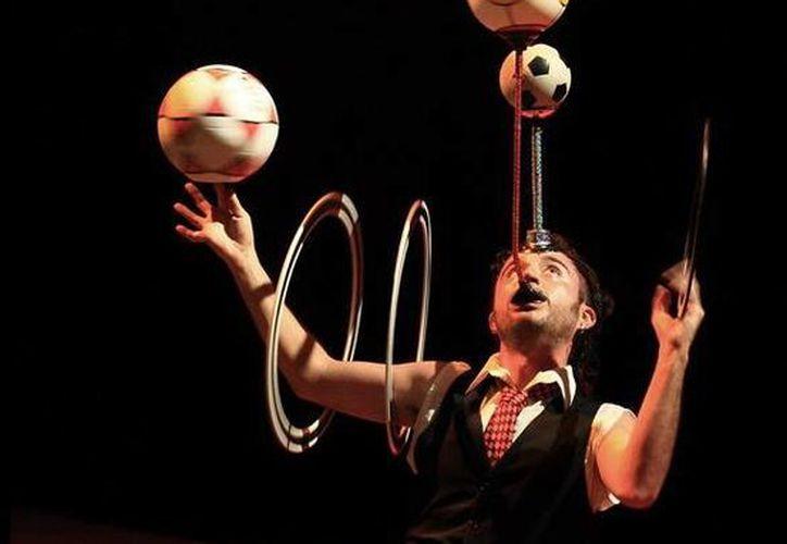 Daniel Quesadas realiza impresionantes actos de malabarismo en su show. (Milenio Novedades)