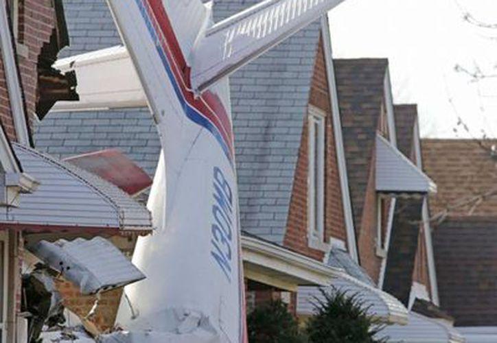 Una avioneta bimotor Aero Commander 500 se estrelló en una casa de Chicago. El piloto murió y los habitantes de la vivienda resultaron ilesos. (AP)