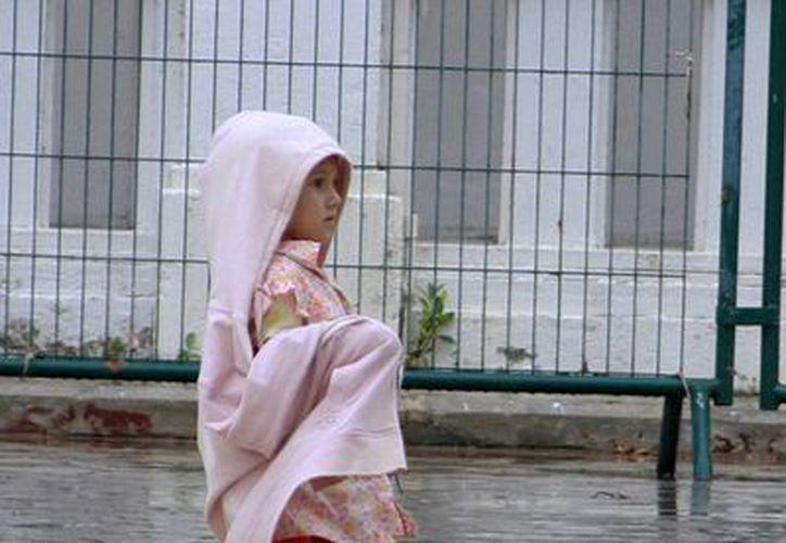 Recomiendan cambiarse de ropa de manera inmediata cuando hayan estado expuestos a la lluvia. (Harold Alcocer/SIPSE)