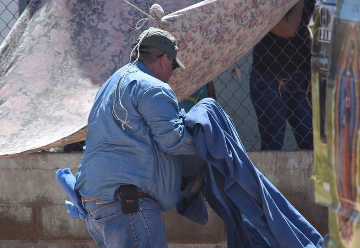 Una sábana azul cubrió el cuerpo de la pequeña Jennifer. (El Debate)