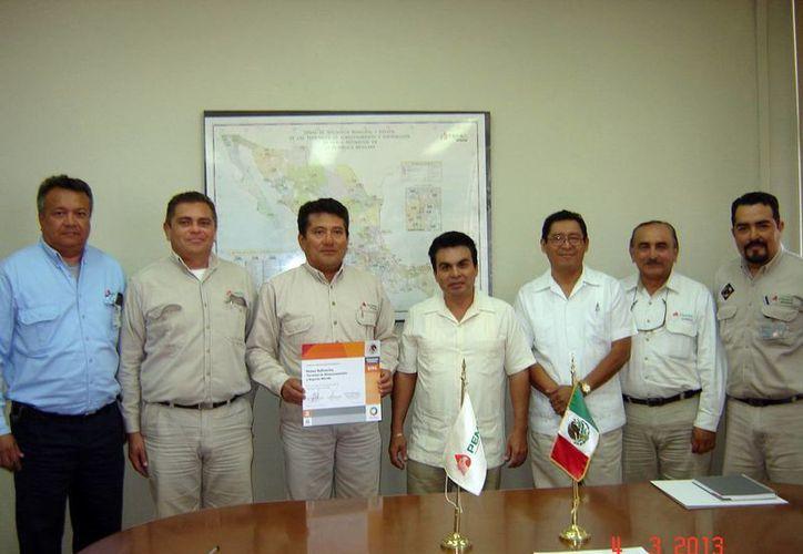 Funcionarios de Pemex y del Gobierno Federal en acto protocolario. (SIPSE)