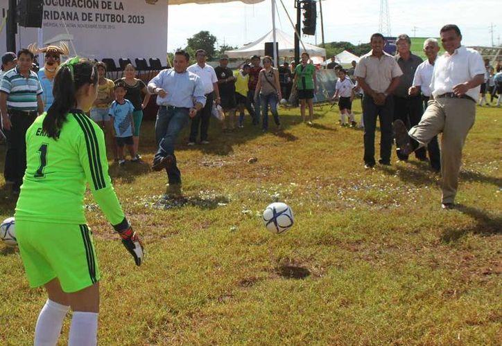 El Gobernador dio la patada inicial de la Liga Meridana de Futbol, que incluirá a jugadores de tres municipios. (Milenio Novedades)
