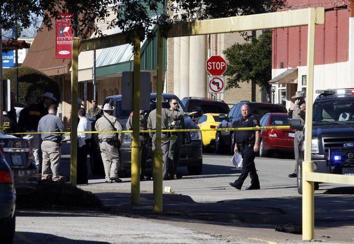 Decenas de policías están en el área para encontrar a los sospechosos. (Agencias)