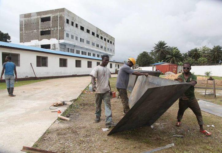Trabajadores liberios preparan el terreno para la construcción de una Unidad de Tratamiento del ébola en Monrovia. (EFE)