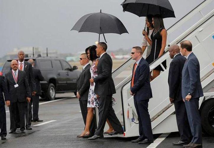 El presidente de Estados Unidos, Barack Obama en su arribo al Aeropuerto Internacional <i>José Martí,</i> de La Habana. (Agencias)