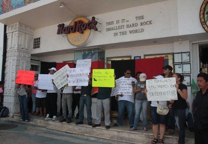 Los trabajadores pidieron que la franquicia y el propietario del local lleguen a un acuerdo para continuar trabajando. (Julián Miranda/SIPSE)