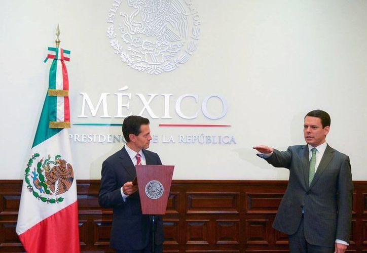 El presidente Enrique Peña Nieto tomó la protesta de ley a Francisco Hernández Martínez, como nuevo mtitular de la CFE. (Foto: Twitter: @PresidenciaMX)