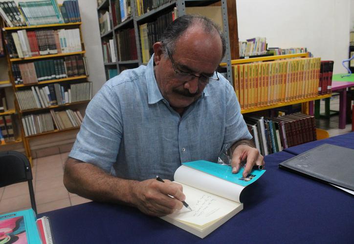 Pablo Luna compartió  comentarios durante la firma del libro. (Faride Cetina/SIPSE)