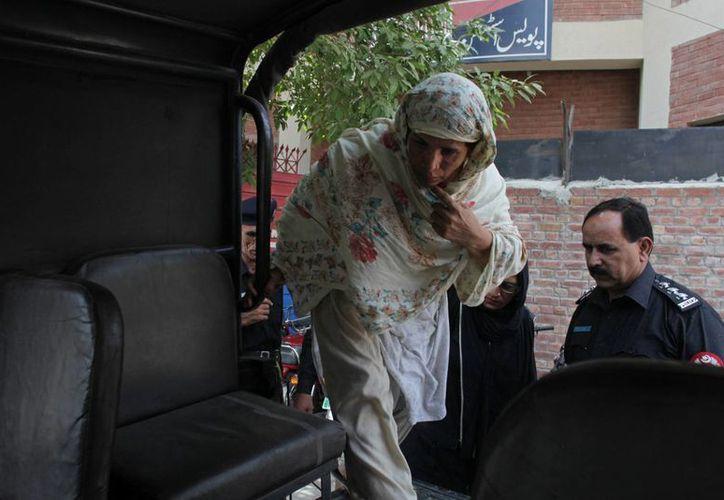 Imagen de Parveen Rafique, quien mató 'por honor' a su hija Zeenat, saliendo de la corte en Lahore, Pakistán. (Agencias)