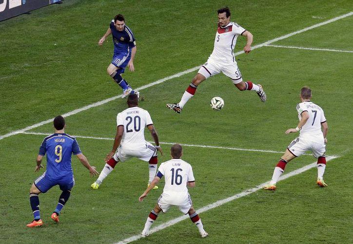 Messi retrasa un balón que no terminó en gol en la final que ganó Alemania. El delantero argentino, apagado desde octavos de final, recibió el Balón de Oro en el Mundial. (Foto: AP)