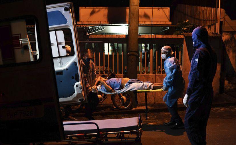 Trabajadores de emergencia suben un anciano a una ambulancia el martes 2 de junio de 2020 en Manacapuru, Brasil, en medio de la pandemia de coronavirus. (AP Foto/Felipe Dana)