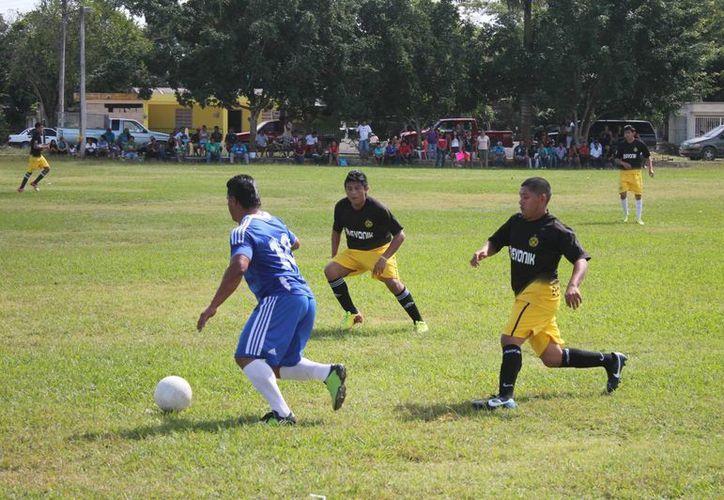 Con las inmediaciones del campo invadidas por las porras de ambos conjuntos inició el encuentro. (Miguel Maldonado/SIPSE)