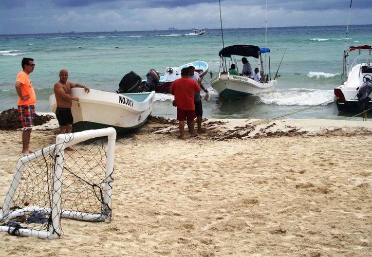 Los prestadores de servicios náuticos ayer tuvieron algunos clientes, luego de dos días de nula actividad por el mal tiempo. (Octavio Martínez/SIPSE)