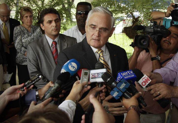 El administrador del Canal de Panamá Jorge Quijano habla con la prensa en el receso de una reunión con el consorcio español encargado de la ampliación de la vía marítima en Ciudad de Panamá. (Agencias)