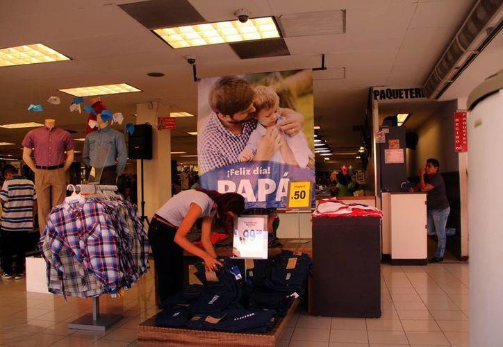 Las promociones por el Día del Padre iniciaron desde hace algunas semanas. Imagen de una mujer buscando pantalones en una tienda departamental.  (Milenio Novedades)