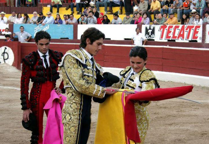 El francés Castella le cedió los trastos a Michelito Lagravere para convertirlo en matador de toros. (Marco Moreno)