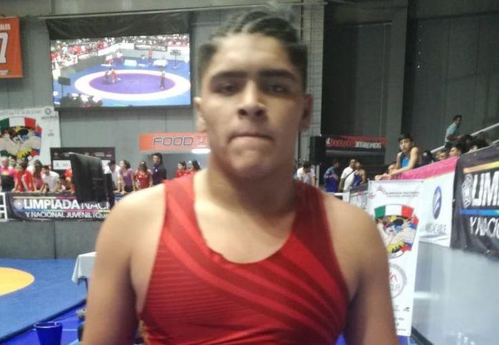 Adrián Enrique Zapata Jacobo se quedó con la medalla de bronce de la división de los 92 kilogramos, en luchas asociadas. (SIPSE)
