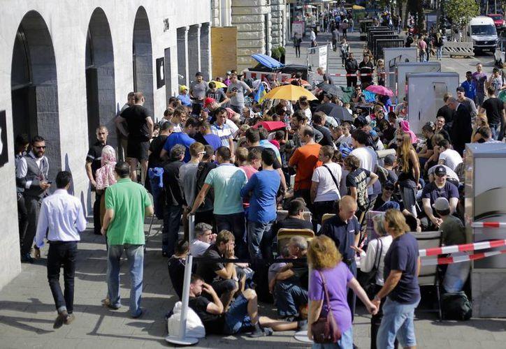 La gente espera fuera de la tienda de Apple en el centro de Berlín, Alemania, para poder comprar el nuevo iPhone 6 y el iPhone 6 Plus. (Agencias)