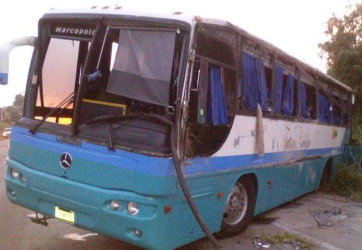 La llanta trasera del autobús explotó, provocando que el conductor pierda el control. (Sara Cauich/SIPSE)