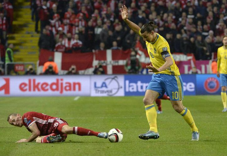 El danés Thomas Kahlenberg (i) y el veterano sueco Zlatan Ibrahimovic en uno de los 4 partidos de ida del repechaje de UEFA para la Euro 2016. Los suecos ganaron 2-1. (AP)