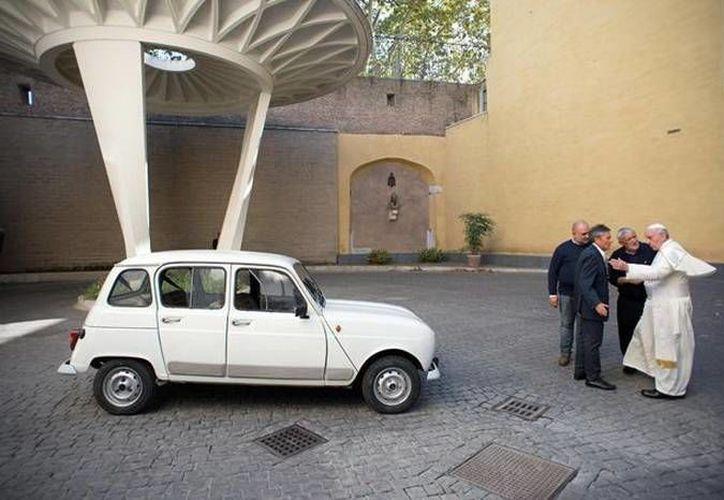 El Papa Francisco escogió sus 11 obras de arte preferidas, entre las que llama la atención un viejo automóvil blanco (Imagen de elcomercio.pe)