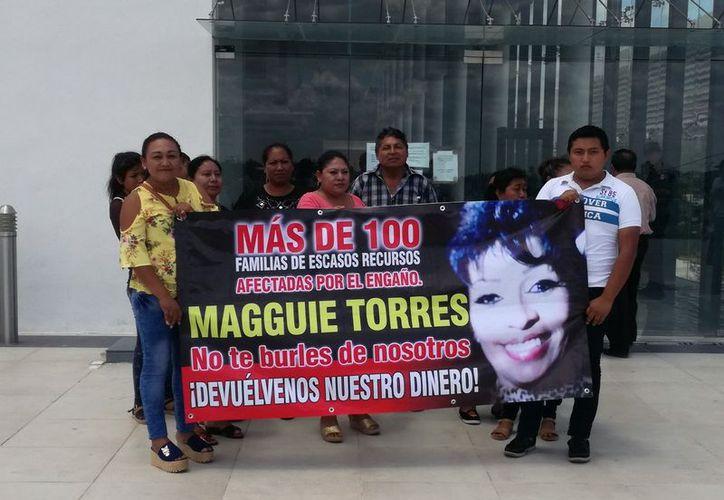 """Manifestantes exhibieron una pancarta denunciando a """"Magguie"""" Torres. (Milenio Novedades)"""