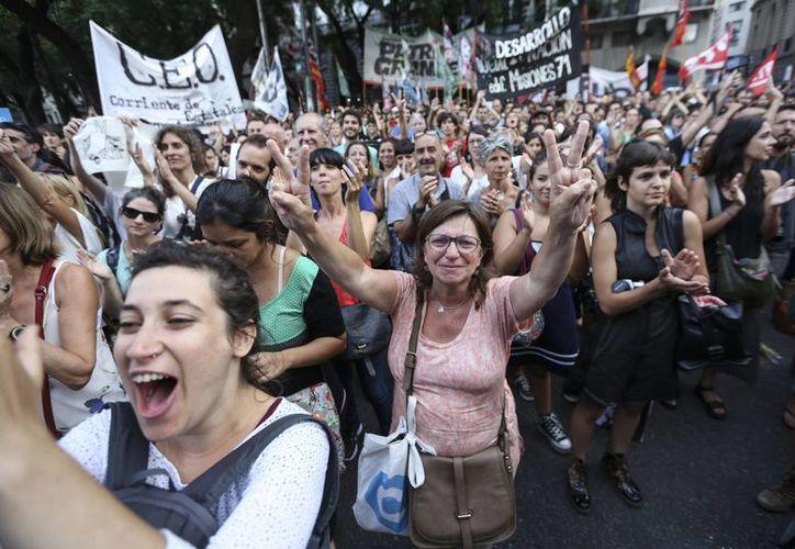 Agrupaciones políticas y sindicales marchan tras la decisión del Gobierno de despedir miles de funcionarios de la administración pública en Buenos Aires. (EFE)