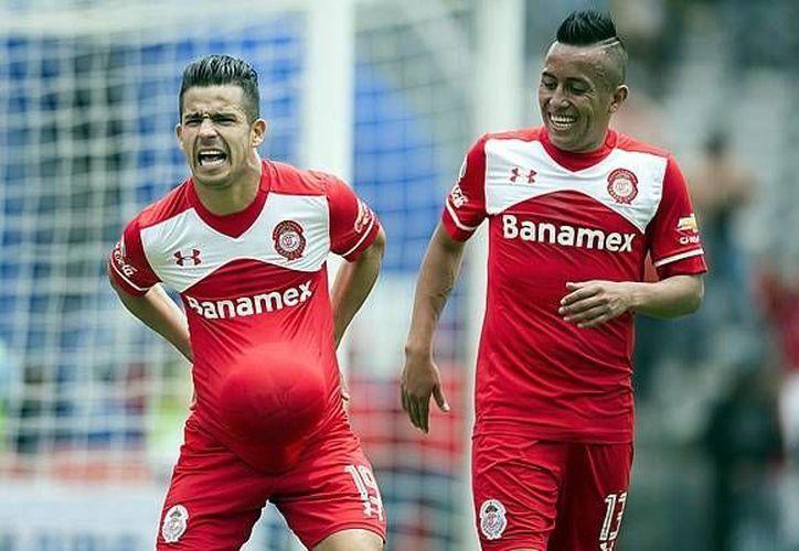 Toluca venció a Veracruz en partido llevado a cabo este sábado al mediodía. En la foto, Edy Brambila(i) festeja el tercer gol de Toluca. (Foto tomada de Mediotiempo)