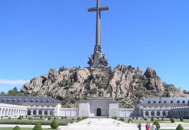 Por instrucción del Juan Carlos I de Borbón, los restos de Francisco Franco, quien lo nombrara a él como su sucesor a título de rey, reposan bajo el altar mayor del Valle de los Caídos, muy cerca de Madrid. (periodistadigital.com)