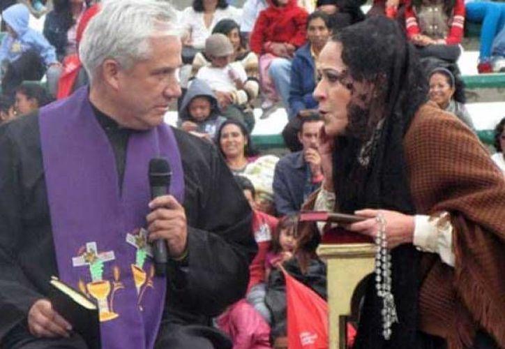 El candidato se puso la sotana para hacer una 'parodia' con Chabelita. (Facebook/mexicambios)