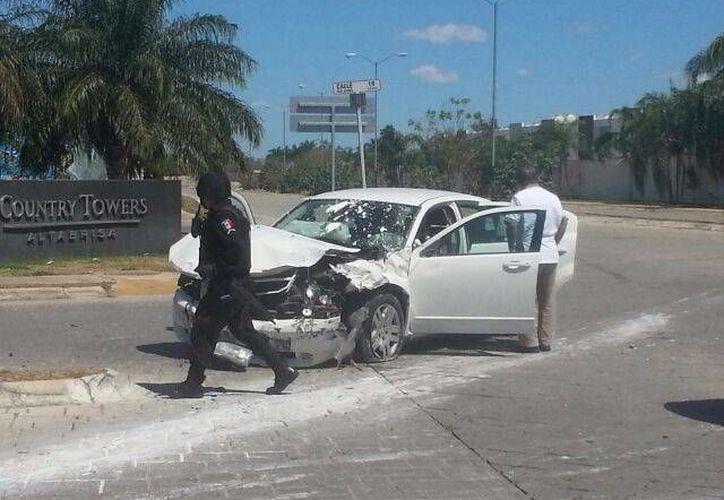 El automóvil que fue impactado quedó con todo el frente destrozado. (William Sierra/Milenio Novedades)