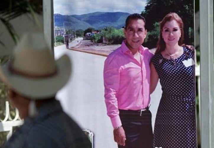 El alcalde prófugo de Iguala, José Luis Abarca, y su esposa María Pineda Villa, son señalados y buscados por la PGR por su implicación directa en el ataque y desaparición de 43 normalistas. (excelsior.com.mx)
