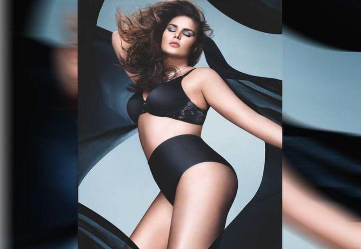 Con Candice Huffine, el calendario Oirelli rompe con el tabú de que el cuerpo de mujer perfecto es el que mide 90-60-90. (Facebook/CandiceHuffine)