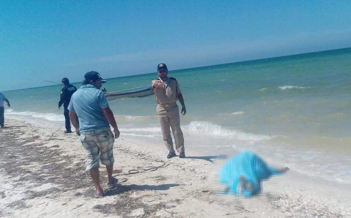 El cuerpo de una mujer apareció flotando y amarrado en Telchac Puerto. (Fotos: SIPSE)