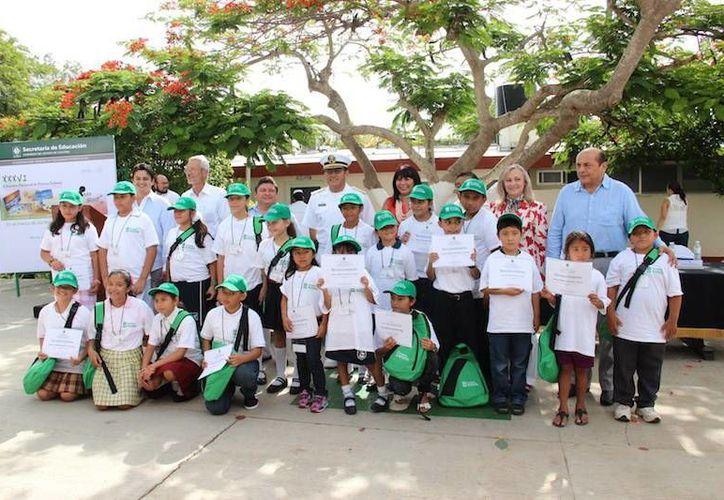Las autoridades junto con los 20 alumnos ganadores del concurso. (SIPSE)