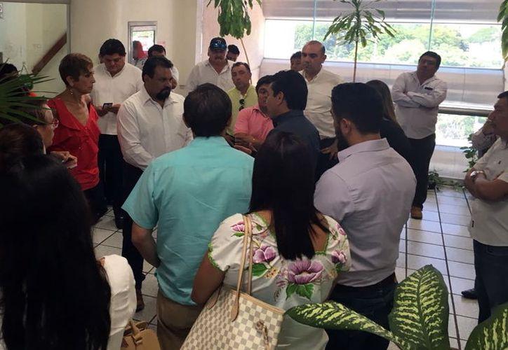 Un grupo de alcaldes yucatecos protestó en las oficinas de la CFE.  (Foto: Milenio Novedades)