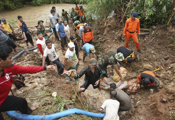 Los deslizamientos provocados por las lluvias torrenciales ha causado la muerte de al menos 23 personas, sin contar las cinco de este martes y miles de afectados. (Agencias)