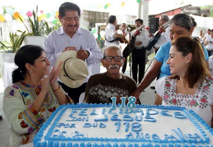 Jesús Castillo Rangel fue agasajado con mariachis. (Redacción/SIPSE)