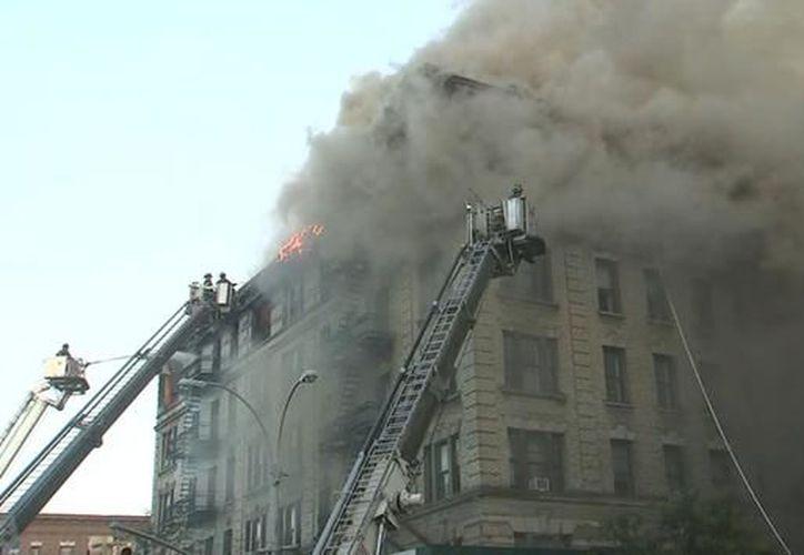 Las llamas rápidamente se expandieron por el edificio a causa del viento. (López Dóriga Digital)