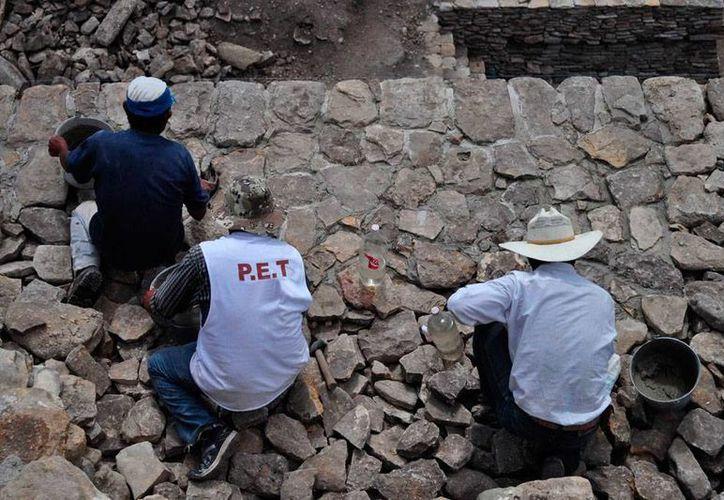 La Encuesta Nacional de Salud revela que gastritis, colitis y reflujo -asociados con el estrés- son los males más frecuentes en los trabajadores mexicanos. En la imagen, trabajadores temporales del mantenimiento de zonas arqueológicas. (Archivo/NTX)